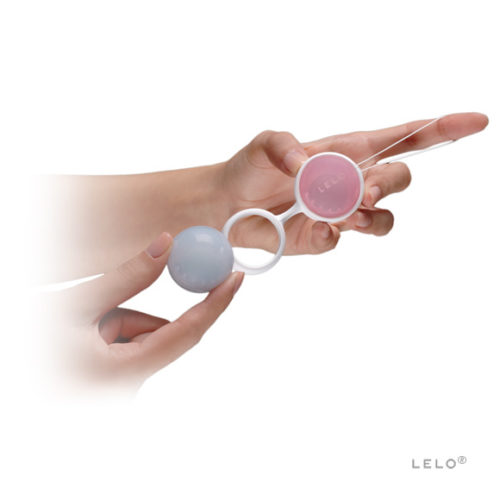 Lelo_luna_beads_in_hand